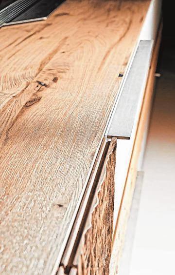 Modernes Lowboard mit natürlichem Charme: Das stark strukturierte Massivholz erinnert an Baumrinde.