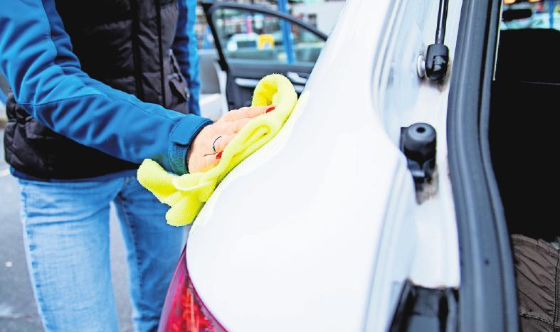 Auch wer sein Auto durch die Waschstraße fährt, muss für ein paar Kleinigkeiten anschließend Hand anlegen. Foto: Christin Klose/dpa
