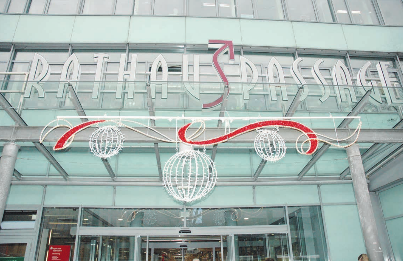 Auch der Eingangsbereich zur Einkaufspassage im Herzen Pinnebergs ist festlich für die Weihnachtstage geschmückt Fotos: Kuno Klein