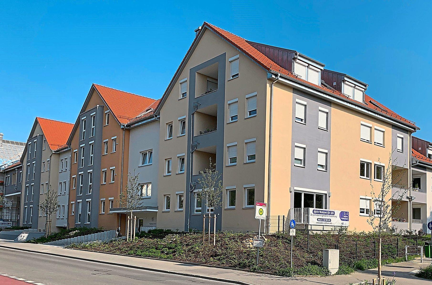 Repräsentative Ansicht: Der Appartement-Komplex Hollerpark an der Moosburger Straße in Pfaffenhofen vereint Tradition mit Moderne. In kürzester Zeit waren fast alle der 42 Anfang des Jahres fertiggestellten Wohnungen verkauft. Ansprechend sind auch die Außenanlagen gestaltet. Fotos: Amort