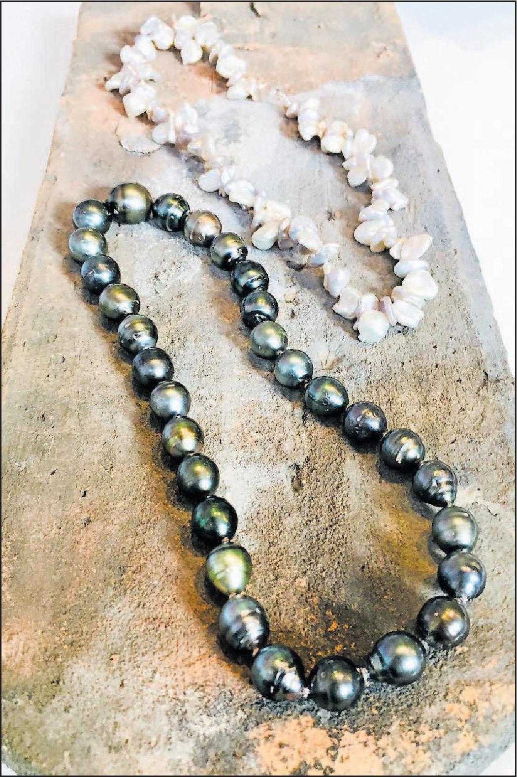 Es muss nicht immer der Klassiker sein: Brigitta von Grünberg hält auch besondere Perlenketten bereit. FOTO: JUNK
