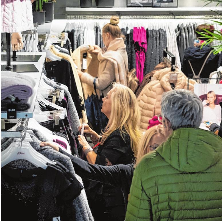 """Beim """"Super Shopping Friday"""" locken manche Geschäfte in der City wie auch in den Stadtteilen sogar mit stündlich wechselnden Angeboten. FOTO: PATTY VARASANO"""