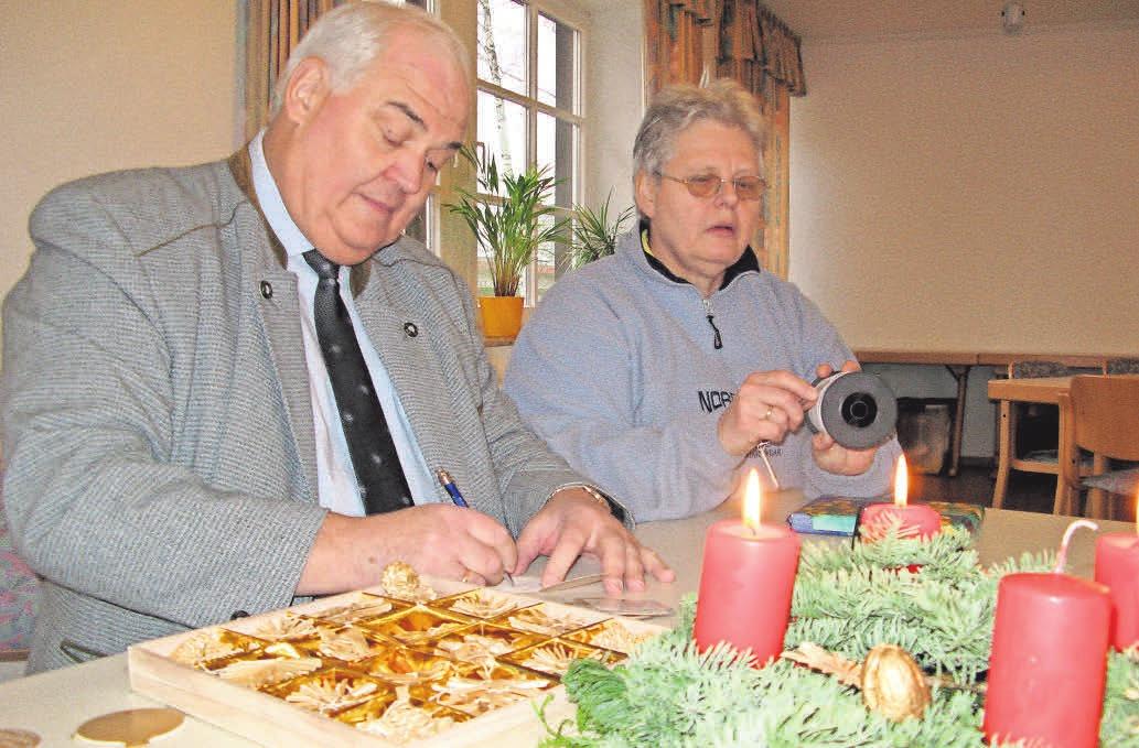Niemand soll leer ausgehen – Manfred und Brigitte Negelmann packen Geschenke für die Weihnachtsstube ein. DOMINIIK FLINKERT