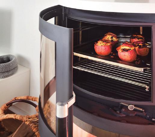 Ein Kaminofen mit Backfach kann eine Zulassung als Küchenherd bekommen – und darf dann sogar bei bestehenden Verbrennungsverboten betrieben werden. Foto: Hark/txn