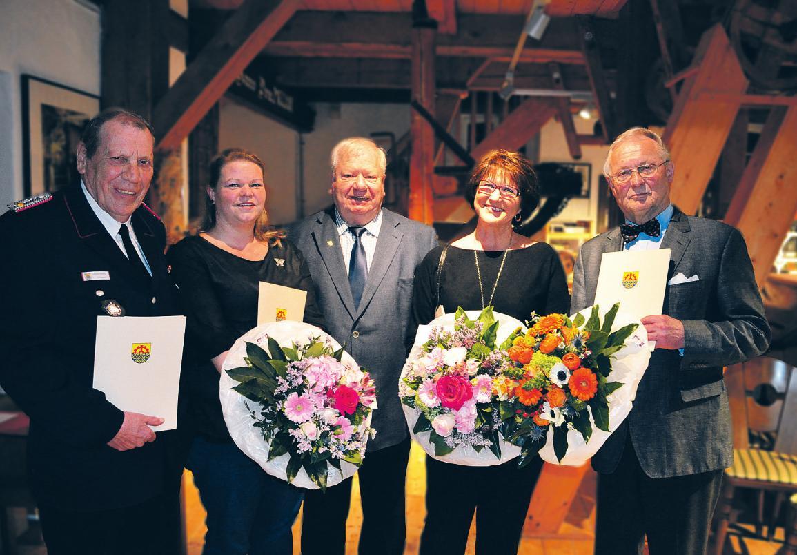 Bürgervorsteher Rolf Budde (Mitte) zeichnete Uwe Krause (v. l.), Friseurgesellin Sabrina Hentsch in Vertretung von Despina Mahn, Ursula Huneke und Walter Otto für ihr ehrenamtliches Engagement aus