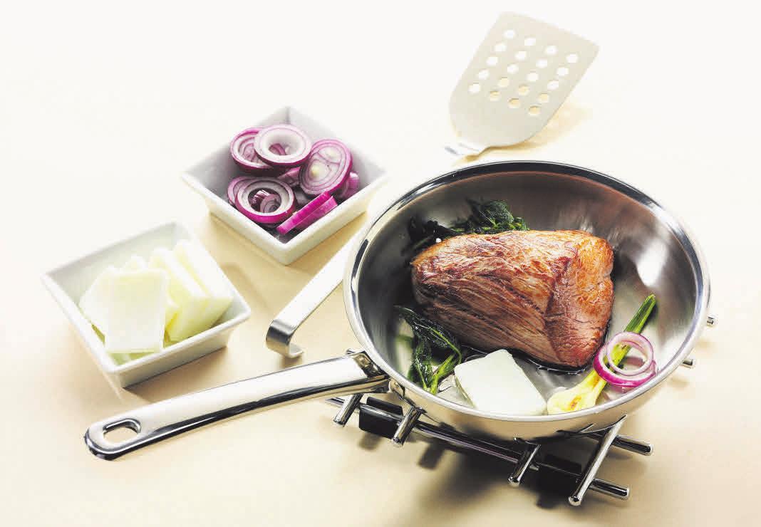Da Schmalz im Gegensatz zu vielen anderen Fetten sehr hitzestabil ist, eignet es sich gut zum Braten von Fleisch. Foto: djd/LARU GmbH/Christian Schuster