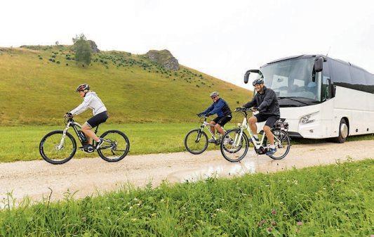 Nur das Fahrrad ist noch umweltfreundlicher: In der Klimabilanz liegt der Reisebus nicht nur weit vor demFlieger und dem Pkw, er schneidet auch besser ab als die Bahn. Bild: gbk