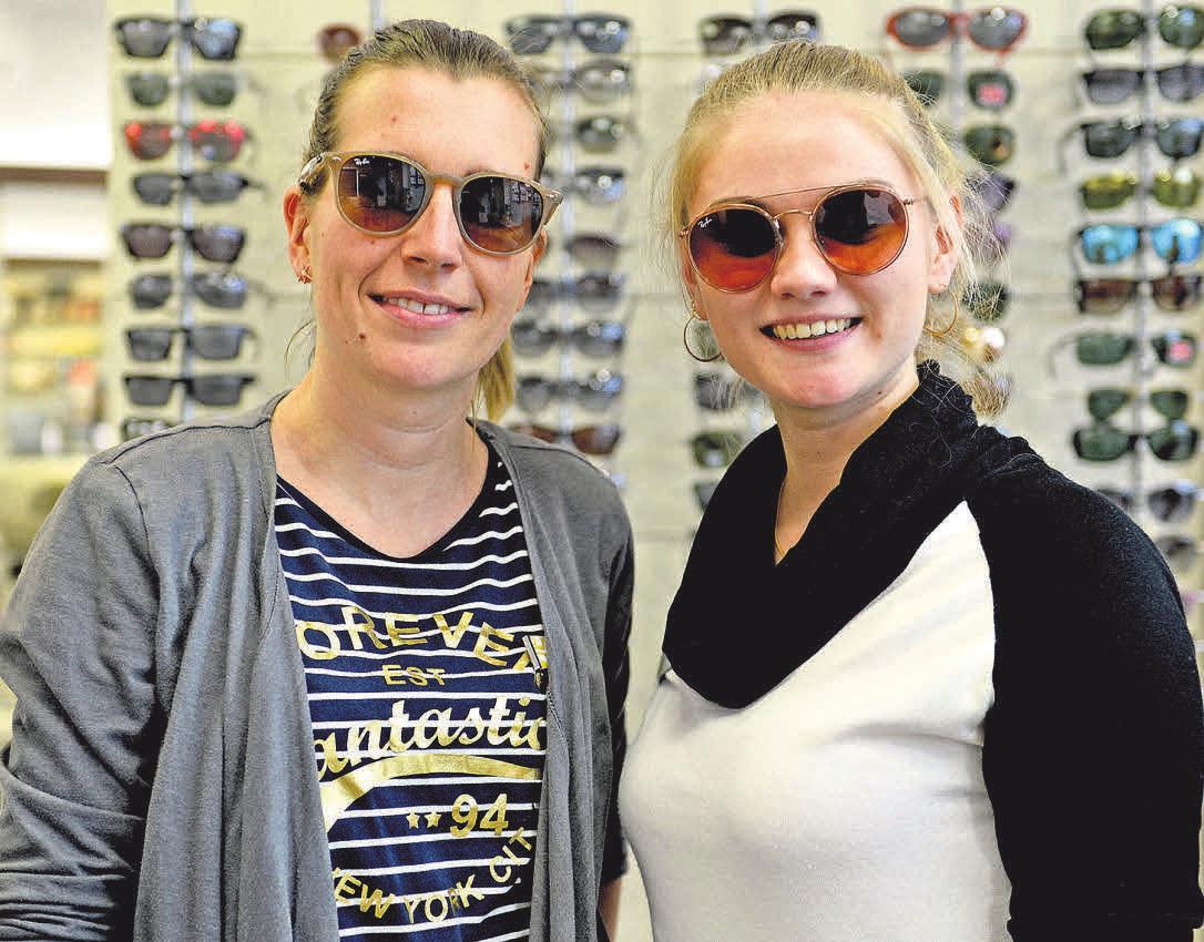 """Augenoptikerin Katja Behrmann (li.) und Augenoptikermeisterin Viktoria Brams freuen sich: """"Ab Februar sind die neuen Sonnenbrillen bei uns im Geschäft."""" FOTOS: HARTWIG"""