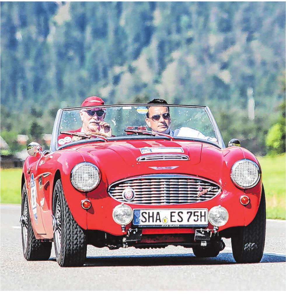 Eberhard Spies, Vorstandsvorsitzender der VR-Bank Schwäbisch Hall-Crailsheim, und Torsten Schulz, Leiter der Öffentlichkeitsarbeit, (von links) im Oldtimer auf Tour. Foto: privat