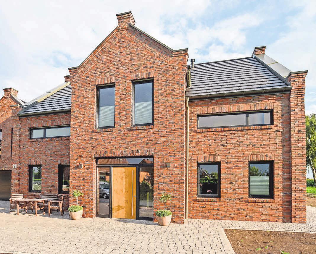 Holz-Aluminium-Fenster und eine Haustür mit Holz-Türflügel von Kowa geben einem Haus ein attraktives Äußeres. Foto: Kowa.de