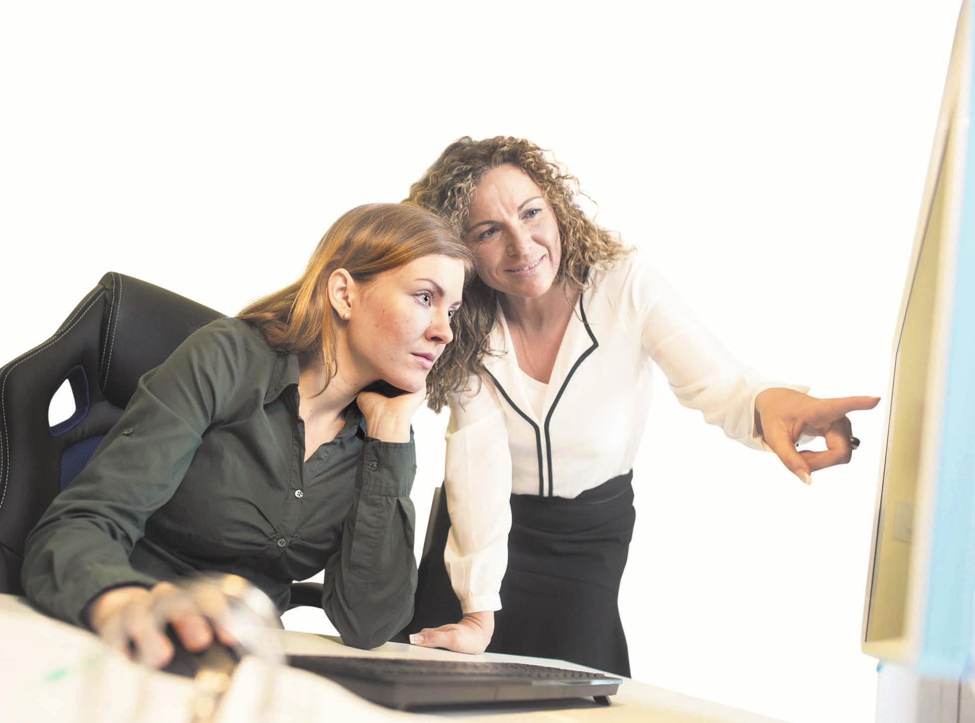 Wer neu in einem Unternehmen ist, sollte erst mal zuhören. FOTO: KLAUS-DIETMAR GABBERT/DPA-TMN