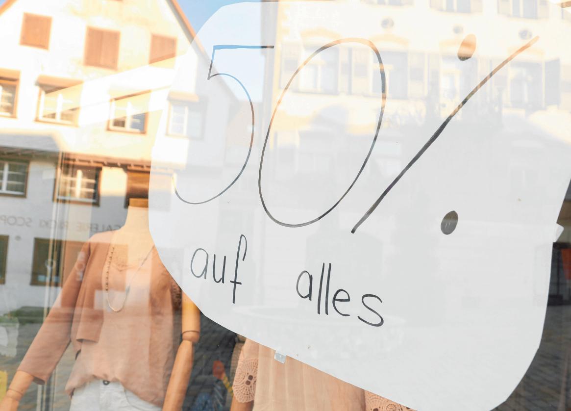 Manche Einzelhändler locken sogar mit Rabatten von bis zu 70 Prozent. FOTO: OH