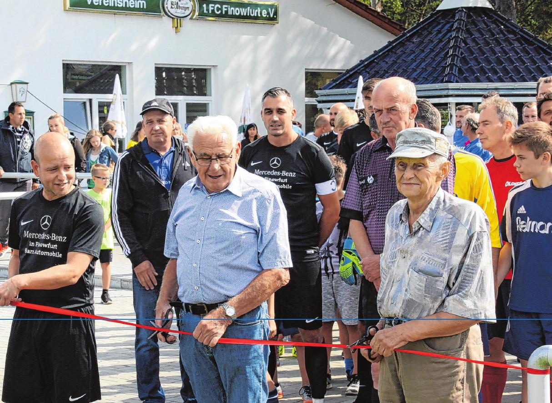 Feierliche Einweihung des Fußballplatzes 2018 (v. li.): Christian Gülle (Trainer 1. FC Finowfurt II) und die Finowfurter Fußball-Urgesteine Horst Henke und Herbert Zeh. Fotos: ck