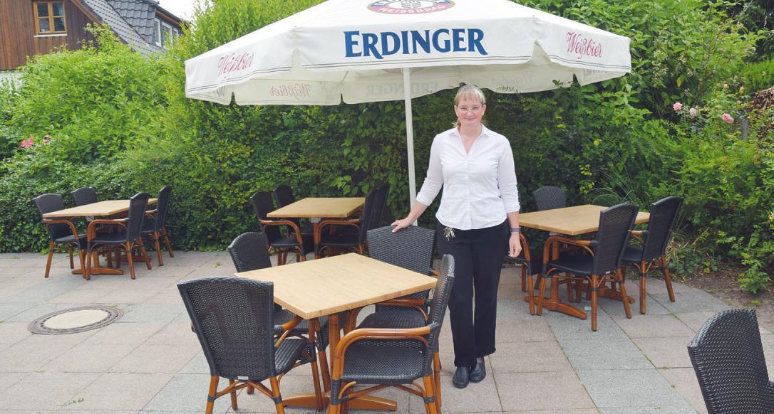 """Britta Heine lädt Gäste gern auf die Terrasse von """"Peter's Bistro"""" in Schenefeld ein"""