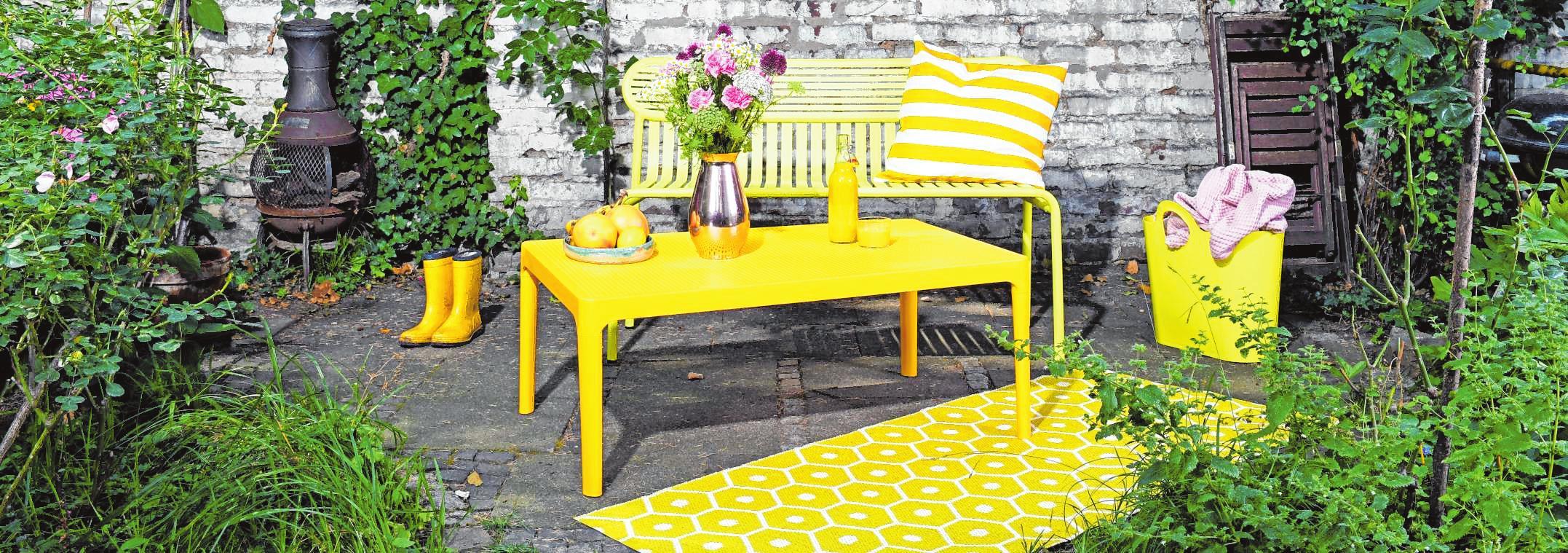 Auch wenn Grau nach wie vor dominiert: Gelbe Gartenmöbel liegen für die Saison 2020 im Trend. BILDER: Simone A. Mayer/dpa-tmn, Koelnmesse GmbH/dpa-tmn