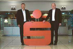 Der Vorstandsvorsitzende Frank Schumacher und Vorstand Oke Heuer (v.li.). Foto: hfr