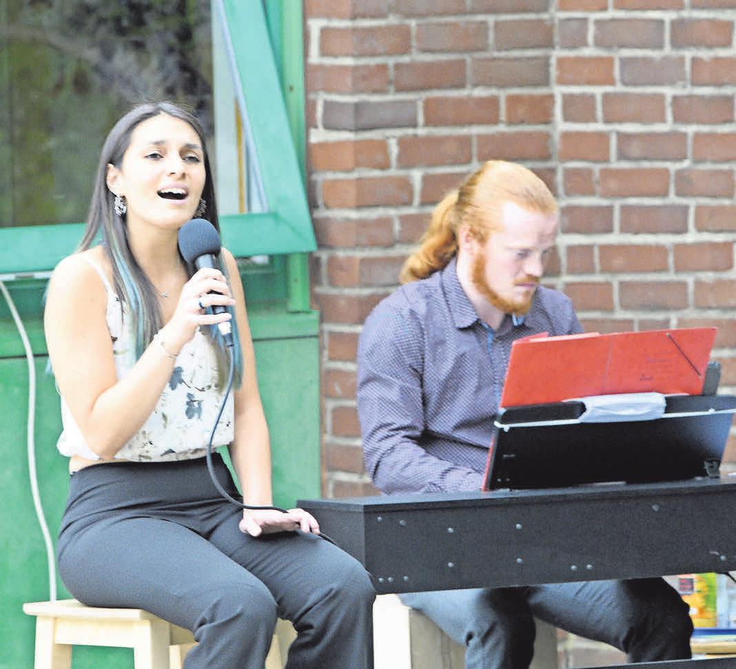 Sängerin Vanessa Figueroa und Jonatan Morgenstern am Klavier geben ein Konzert im Garten des Kinderkrankenhauses Auf der Bult. Foto: Mark Bode