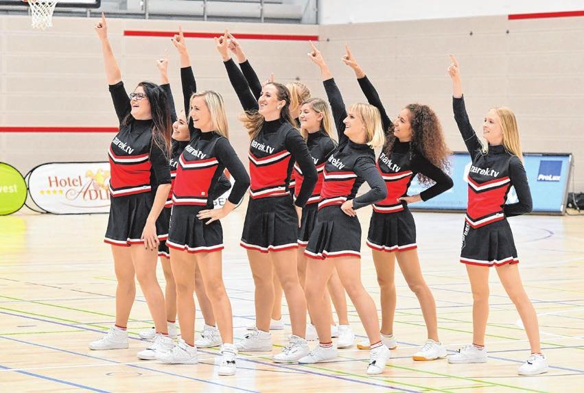 Der Fingerzeig der Cheerleader-Gruppe Jumping Mosquitos, die ihren Auftritt beim Spiel des Team Ehingen Urspring in der JVG-Halle sichtlich genossen haben. Emmenlauer