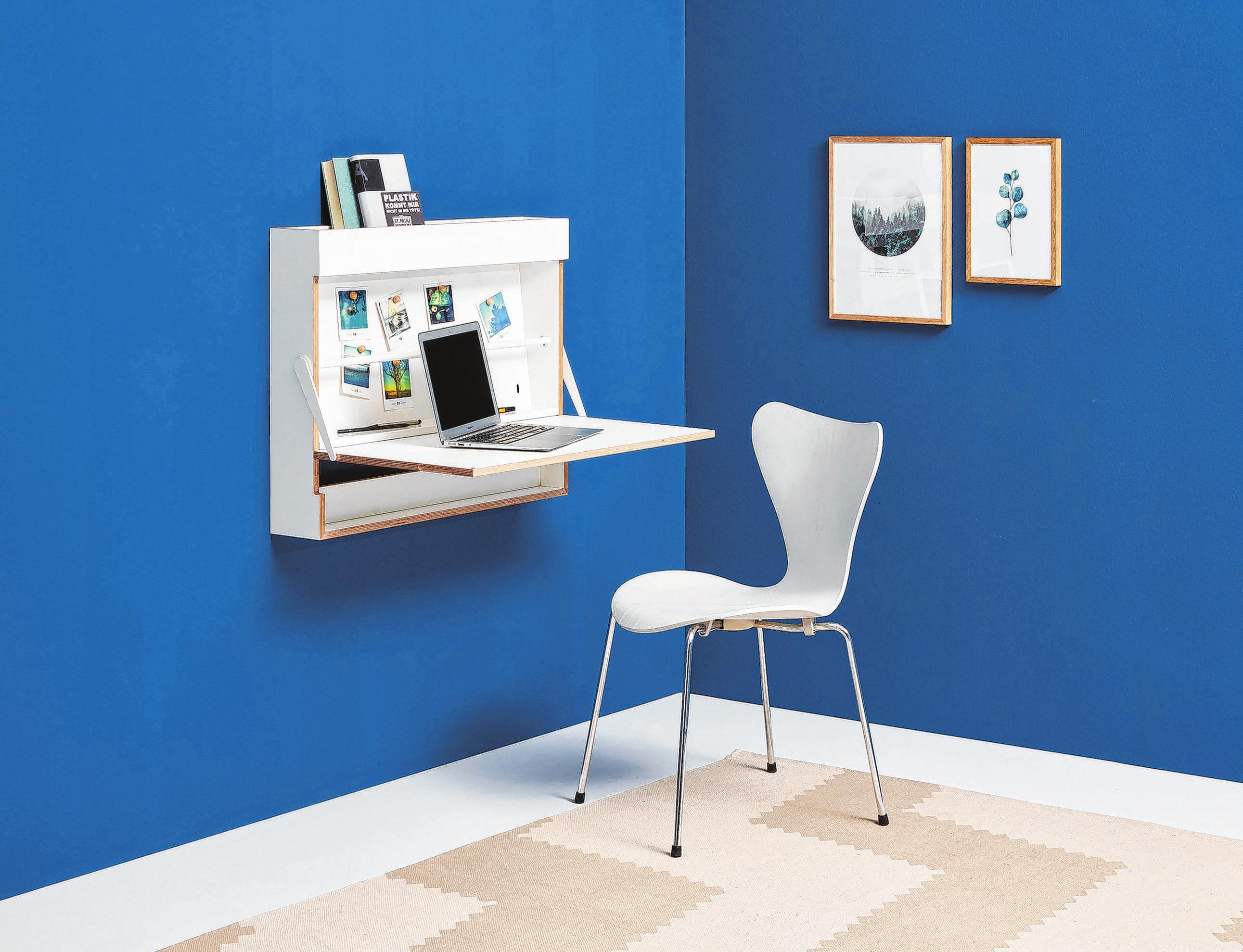 """Der Schreibtisch namens """"Workout"""" von Müller Möbelfabrikation hängt platzsparend an der Wand. Foto: Müller Möbelfabrikation/dpa-mag"""