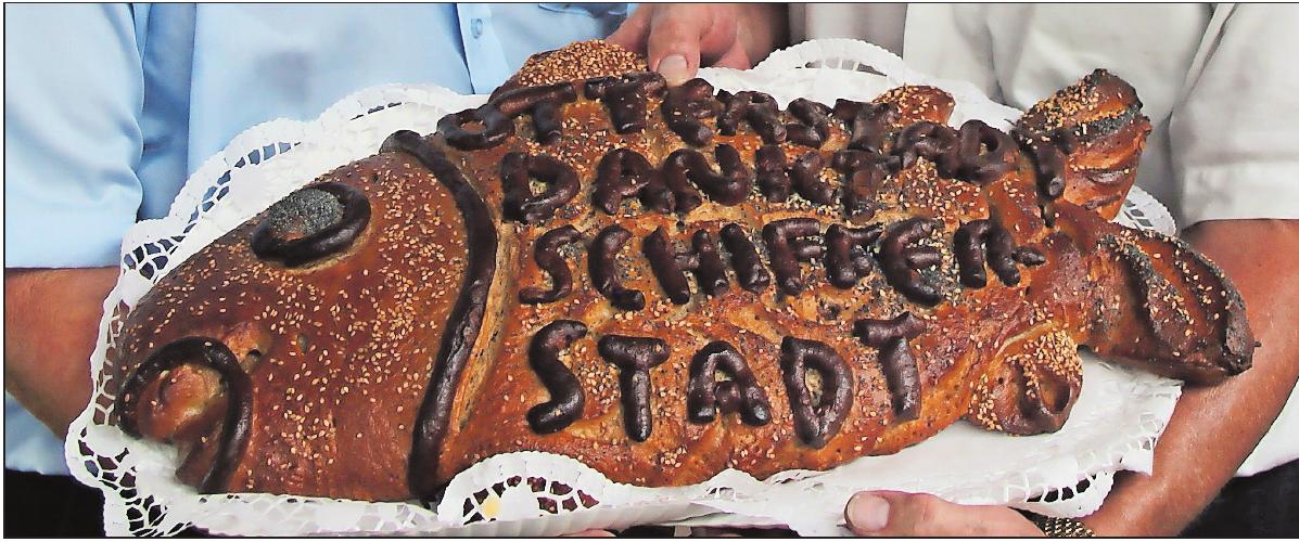Wird von einem Bäcker aus Brühl gebacken: der Karpfen aus Brotteig. ARCHIVFOTO: KRAUS