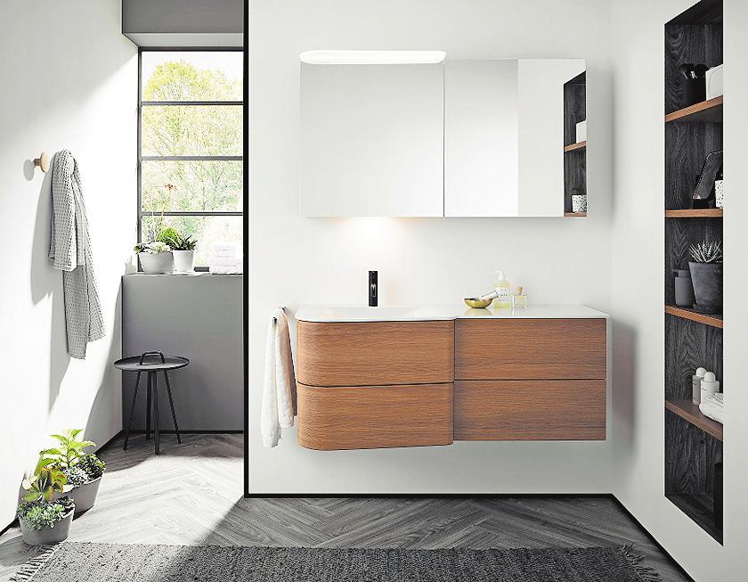 Möbel nach Maß: Vom Schreiner angepasste Regalsysteme und Waschbeckenunterschränke bieten ausreichend Stauraum im Bad. FOTO: DJD/TOPATEAM/BURGBAD
