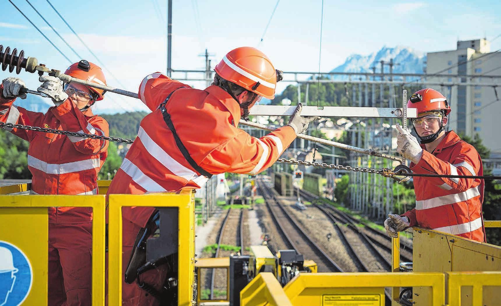 Angehende Netzelektriker bei der Arbeit mit Schienenfahrzeugen. Bild: zvg