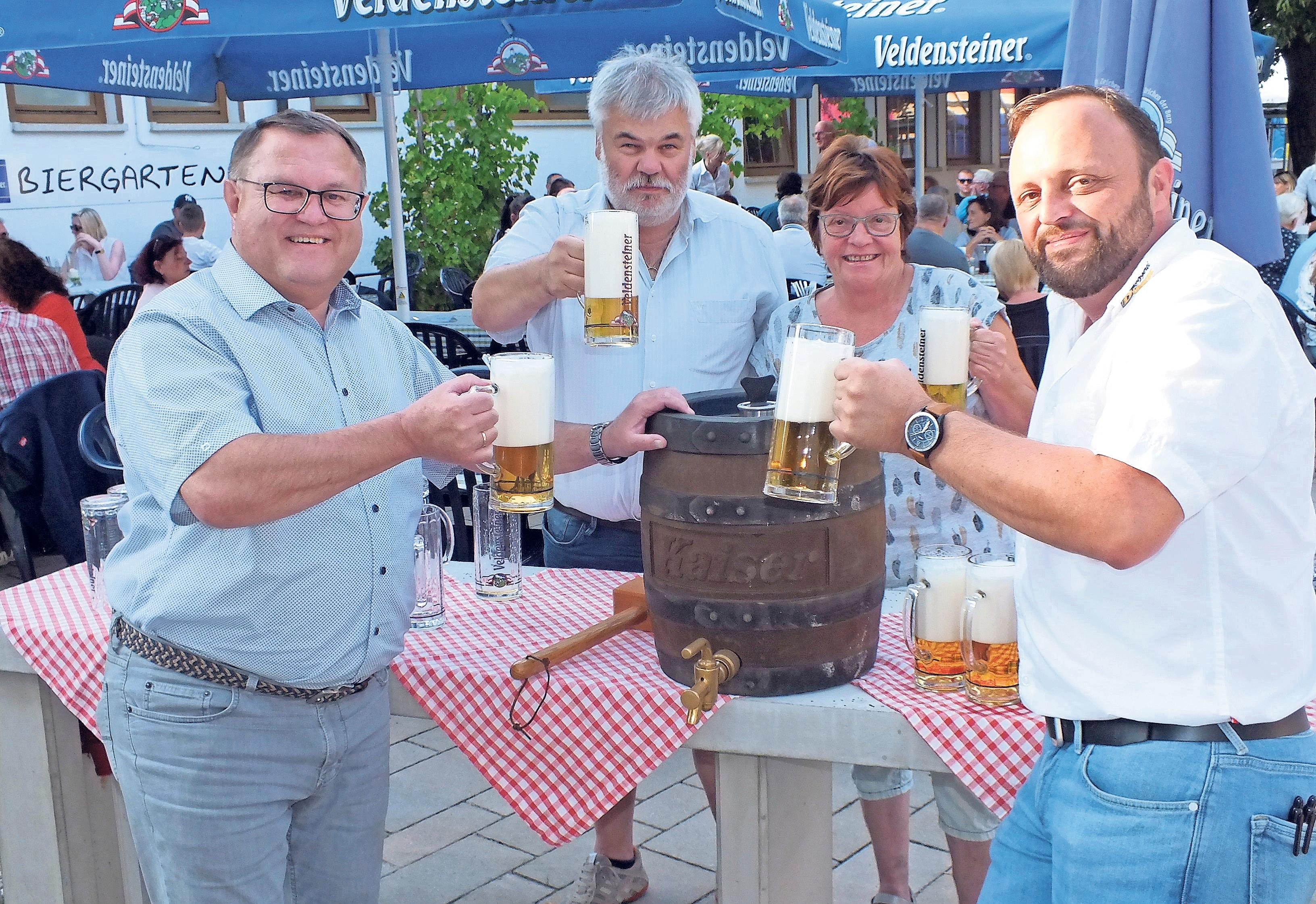 Seit neun Jahren startet die Kerwa der Steig-Gaststätte am Mittwoch um 18 Uhr mit dem Bieranstich durch Bürgermeister Gerald Kolb (links) und Steig-Chef Holger Dünkel (rechts). In der Mitte freuen sich auch Zweiter Bürgermeister Klaus-Dieter Jaunich und Senior-Chefin Doris Dünkel auf die Steig-Kerwa.