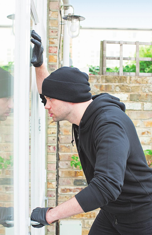Fenster und auch die Terrassentür im Erdgeschoss werden von Einbrechern bevorzugt. Mechanische Sicherungen sind hier besonders sinnvoll. Foto: epr/Winkhaus