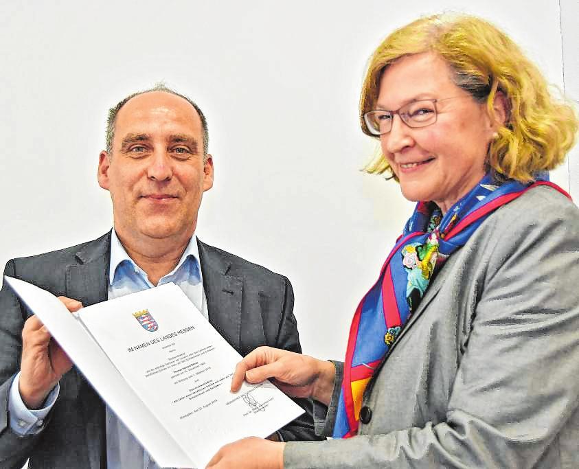 Seine offizielle Ernennungsurkunde zum Leiter der Metzendorf-Schule erhielt Thomas Bährer von Gabriele Erbach vom Schulamt in Heppenheim. Bild: Dietmar Funck