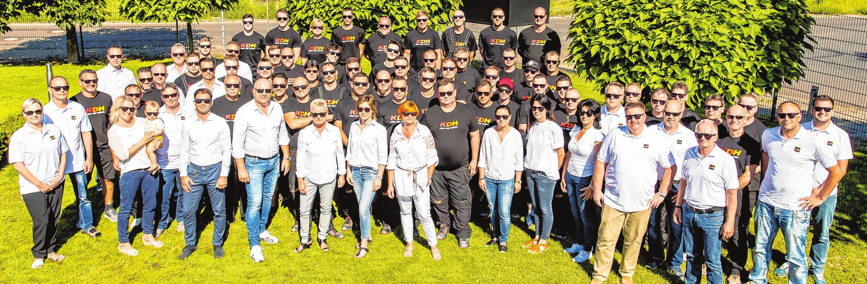 Ein Teamfoto aus der Zeit vor Corona: Die KDH Energie-Versorgungstechnik GmbH begeht in diesem Jahr ihr 30-jähriges Jubiläum. Der Betrieb mit Sitz in Markendorf Siedlung hat zurzeit 84 Mitarbeiter und bildet jedes Jahr Anlagenmechaniker aus. Fotos (2): René Matschkowiak