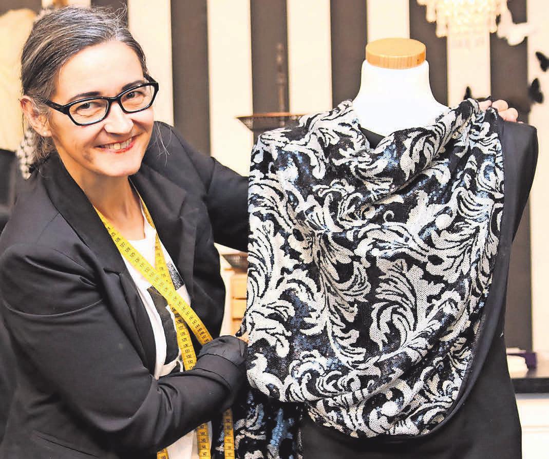 Mit einem Überwurf aus farblich passendem Stoff verleiht Maren Peemöller einem schlichten Kleid Eleganz. Fotos: Petra Dreu