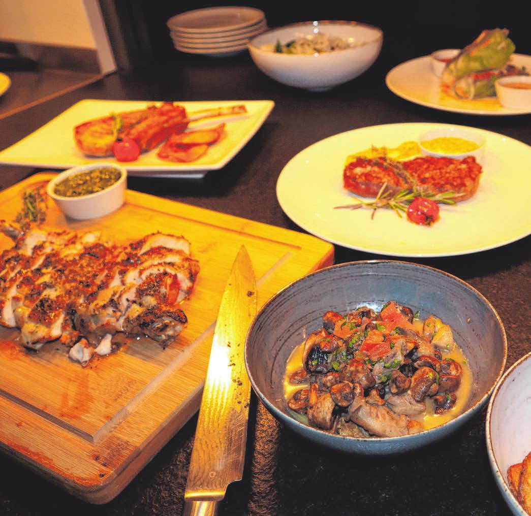 Frisch zubereitete Speisen wie Steaks, Hähnchen oder Gemüse<div>können aus der Speisekarte gewählt werden.</div>