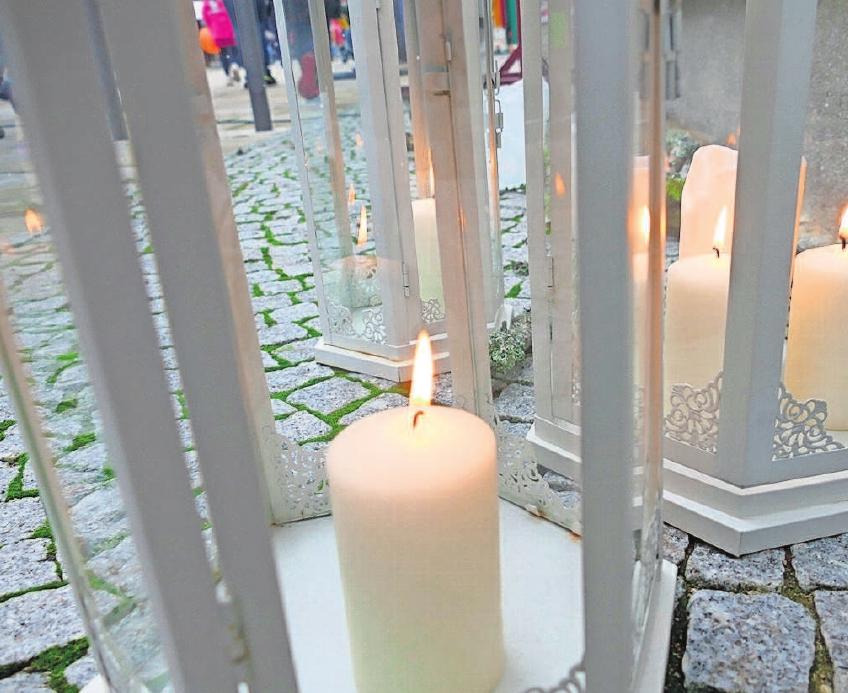 Für einladende Stimmung sorgen Lichter, Kerzen und Laternen überall.