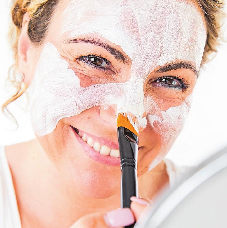 Eine Gesichtsmaske muss man nicht unbedingt kaufen. Sie ist mit einfachen Zutaten schnell selbst hergestellt. FOTO: CHRISTIN KLOSE/DPA