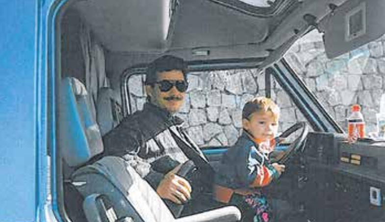 Ein Blick ins Fotoalbum der Familie:Hans und Florian Bäumler, der quasi im Betrieb aufgewachsen ist, mit Vater Hans im LKW Fotos: Bäumler