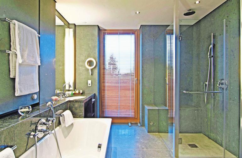 Großformatige Fliesen lassen das Badezimmer wertiger und eleganter wirken. Bei der Verlegung gibt es Besonderheiten zu beachten. Foto: z/djd/Saint-Gobain Weber