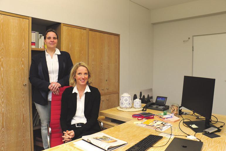 Julia Karsten-Plambeck (stehend, l.) und Annette Plambeck-Warrelmann lenken als Gesellschafterinnen das Unternehmen.