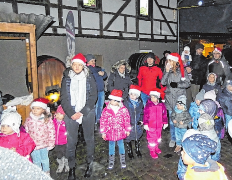 Gespannt warteten die Kinder beim Glühweinfreitag auf den Nikolaus. FOTO: SABRINA BUCHINGER