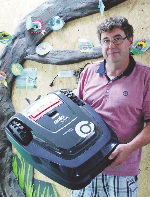 Tombola-Hauptpreis: AS-Vorsitzender Stefan Herb hat einen Mähroboter gespendet.