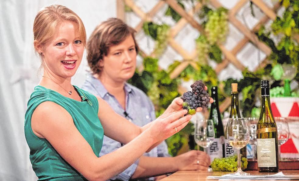 Als Co-Moderatorin der täglichen Show trat die ehemalige Deutsche Weinprinzessin Charlotte Freibergerauf.