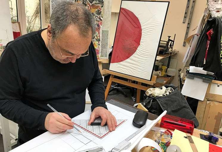 Mit einer Zeichnung beginnt es. Am Ende steht zumeist ein farbenfrohes Werk, das der Künstler fantasievoll umsetzt.