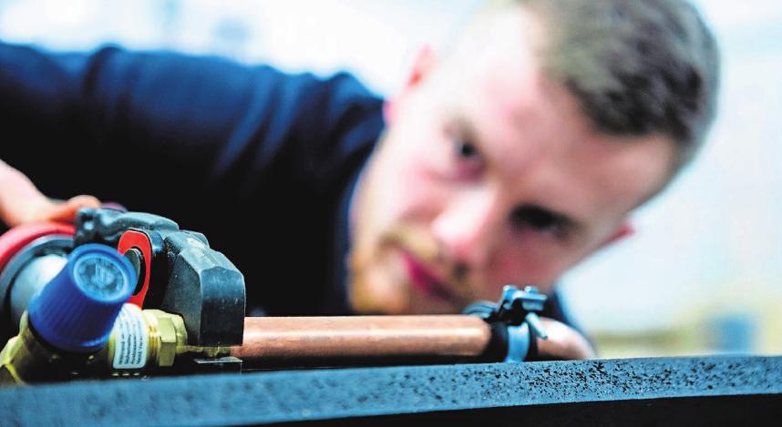 Der Beruf des Anlagenmechanikers ist im Wandel. Foto: Alexander Prautzsch/dpa-tmn