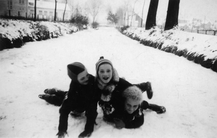 Impressionen aus Neuhofen: spielende Kinder auf dem zugefrorenen Rehbach im Winter um 1940.