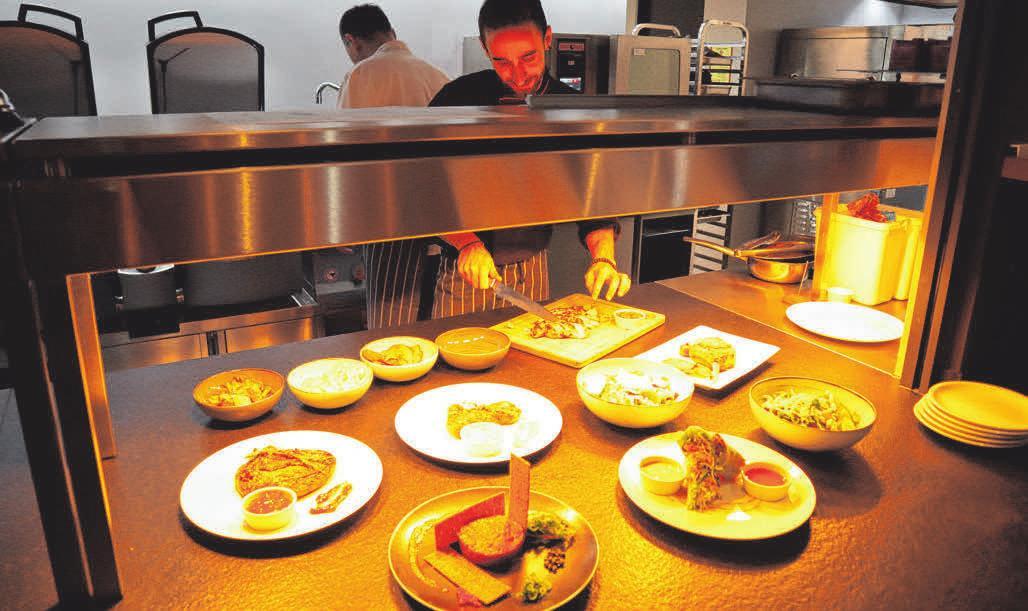 Die frisch zubereiteten Speisen stehen für den Gast bereit.