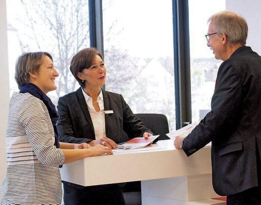 Beate Hoffmann, Mitarbeiterin der Regionaldirektion Rottenburg, berät Kunden in den neuen Räumlichkeiten.