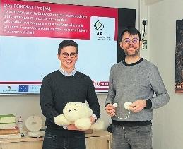 Denny Paulicke (links) mit Paro und Sebastian Hofstetter mit der sozial assistiven Technologie bei Inkontinenz. FOTO: NICOLE KIRBACH