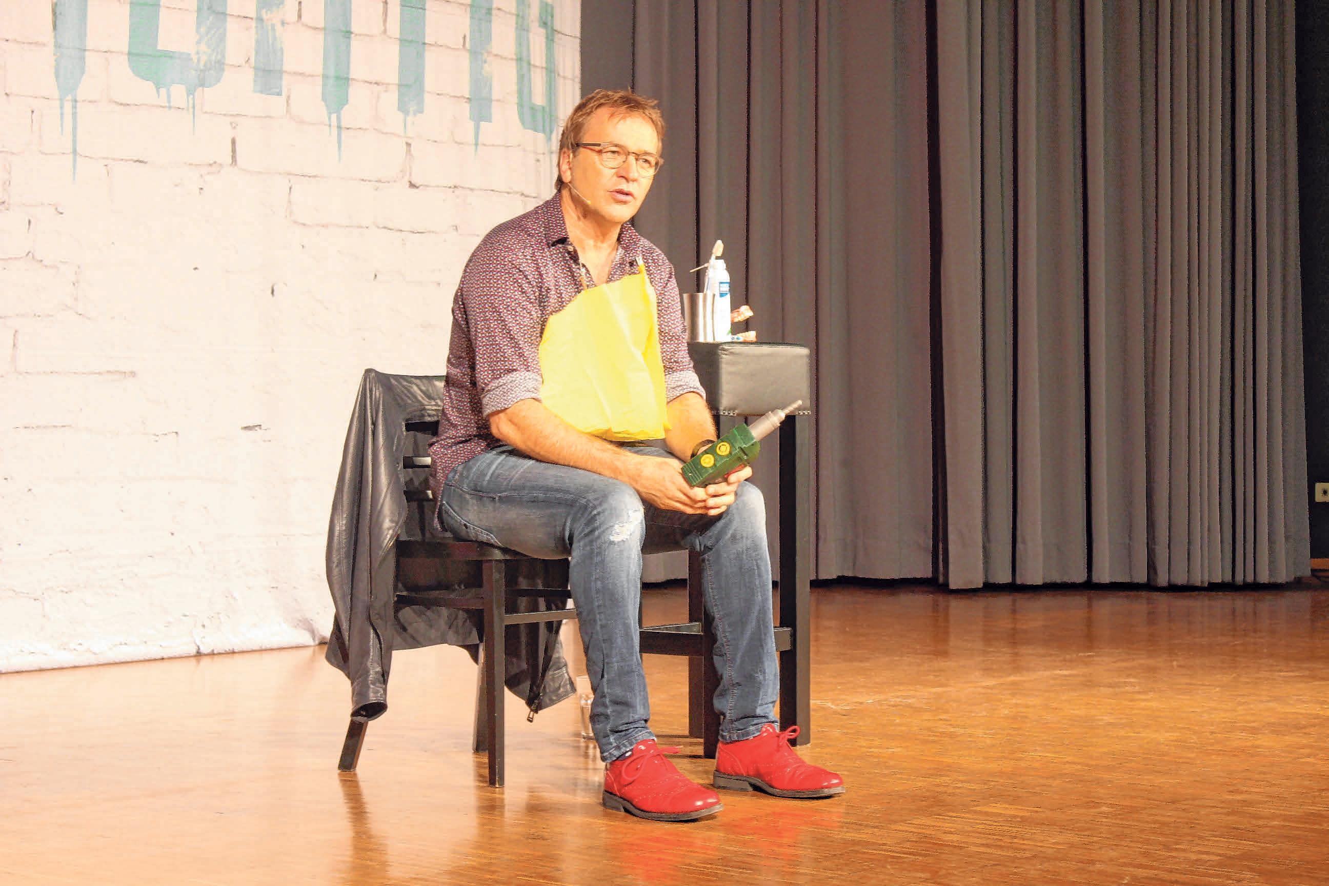 Comedian Heinrich del Core erheitert das Publikum mit Geschichten aus dem Alltag. Selbst aus einem Besuch beim Zahnarzt macht er einen Frontalangriff auf die Lachmuskeln. FOTO: A. SCHMITT