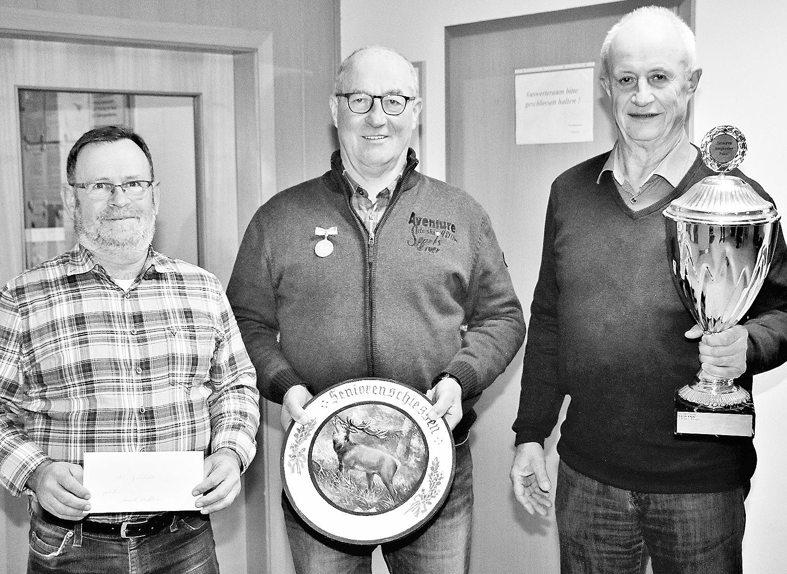 Pistolenbester Wilfried Hentschel (von links), Seniorenbester Walter Urbschat und Gerd Heine. Foto: Heinemann Gahlau