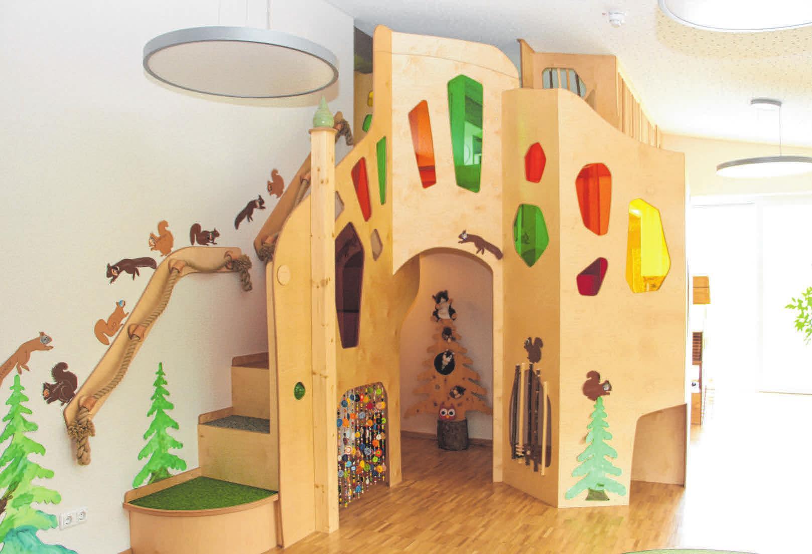 """Ein kreativ gestalteter Aufgang zur oberen Ebene bietet zahlreiche Spielmöglichkeiten. Durch bunte Scheiben können die Kinder die Welt """"in anderen Farben sehen""""."""