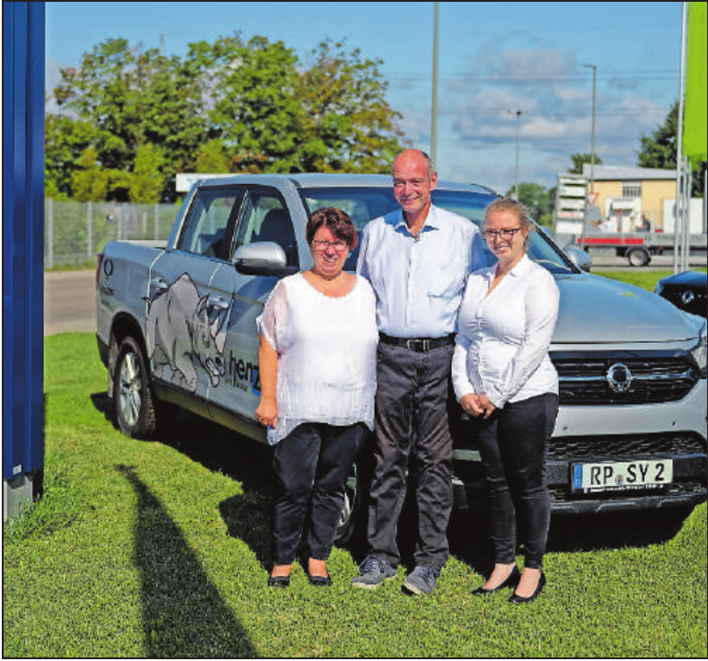 Informieren Interessierte über ihre Angebote der Marken VW und SsangYong: Anita, Martin und Kathrin Henzel (von links).FOTOS: AUTOHAUS HENZEL/ AUTOHAUS OSTER/FREI